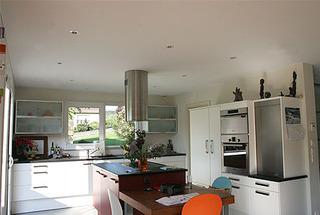 Plafond alyos cuisines cuisine hotte centrale et spots for Plafond tendu cuisine